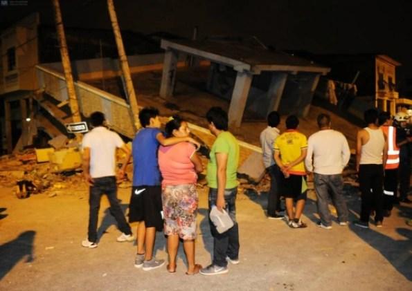 Várias casas foram destruídas após terremoto no Equador