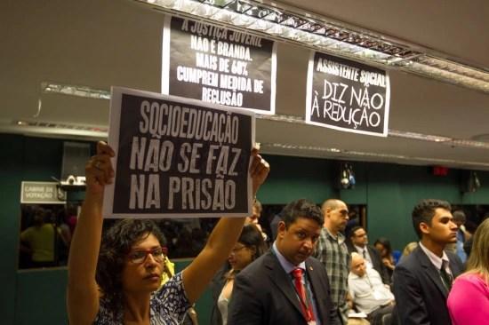 Manifestantes pressionam CCJ da Câmara a não reduzir maioridade penal