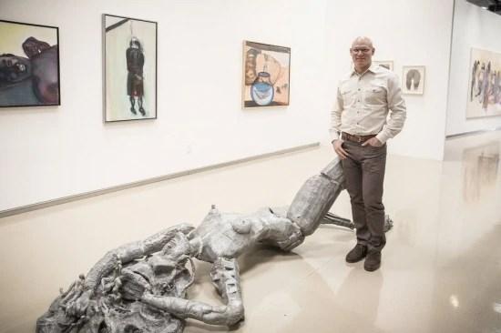 Craig Robins mostra com orgulho a coleção de arte e design no seu escritório.