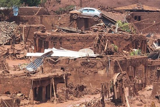 Rompimento de barragens de rejeitos da mineradora Samarco em 5 de novembroprovocou a tragédia no distrito de Bento Rodrigues, na cidade de Mariana, em Minas Gerais