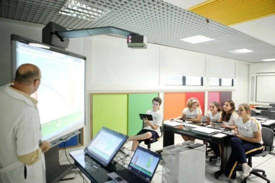 No colégio Dante Alighieri, aluno ganham um tablet da escola e as salas têm lousas digitais
