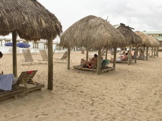 Para quem gosta de conforto, vale alugar uma cabaninha de praia