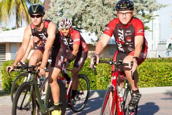 Marcelo, a direita, prepara o time para uma prova de bicicleta