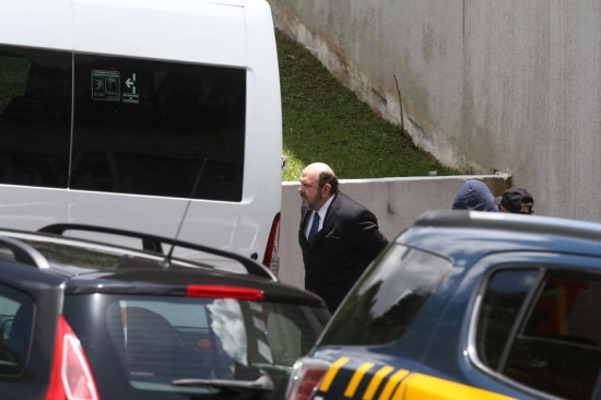 O presidente da construtora UTC, empresário Ricardo Pessoa, deixa a sede da Polícia Federal em Curitiba (PR)