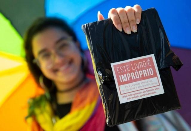 Jovem mostra livro distribuído pelo youtuber Felipe Neto na Bienal do Livro do Rio de Janeiro em 2019.