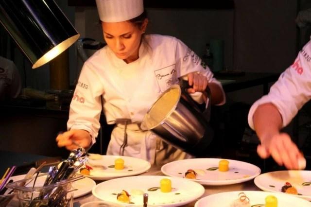 Giovanna, 24 anos, no primeiro dia do Bocuse D 'Or no México, finalizando seu prato de peixe