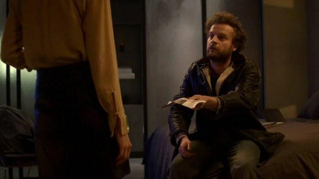 Rob leva um suposto artigode jornal ao quarto de hotel de Mia