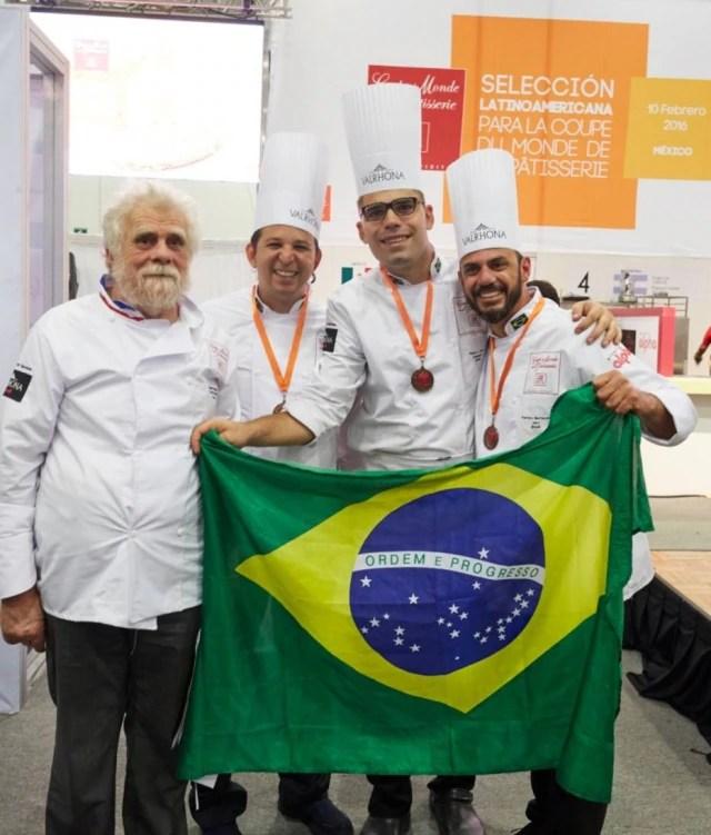 O confeiteiro francês Gabriel Paillasson com a equipe brasileira da confeitaria, que se apresentou na quarta-feira na Copa Maya (dentro do Sirha México), que é o Bocuse D'Or da confeitaria. Ao lado, da esquerda para a direita, Marcone Calazans, Abner Ivan e o treinador da dupla, Ramiro Bertassin.