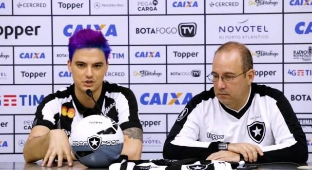 Felipe Neto durante sua apresentação como patrocinar do Botafogo, em novembro de 2017.