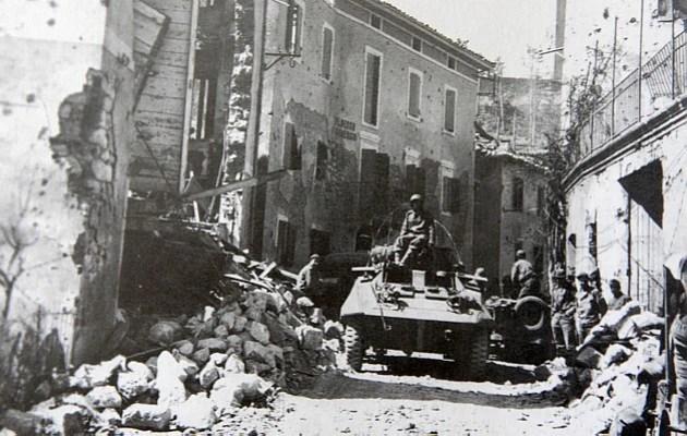 Um blindado M-8 do Esquadrão de Reconhecimento da 1ª Divisão de Infantaria Expedicionária entra em Montese, na Itália, no começo da ofensiva da primavera lançada pelos aliados em abril de 1945. Em poucos dias, a guerra estaria terminada para a FEB