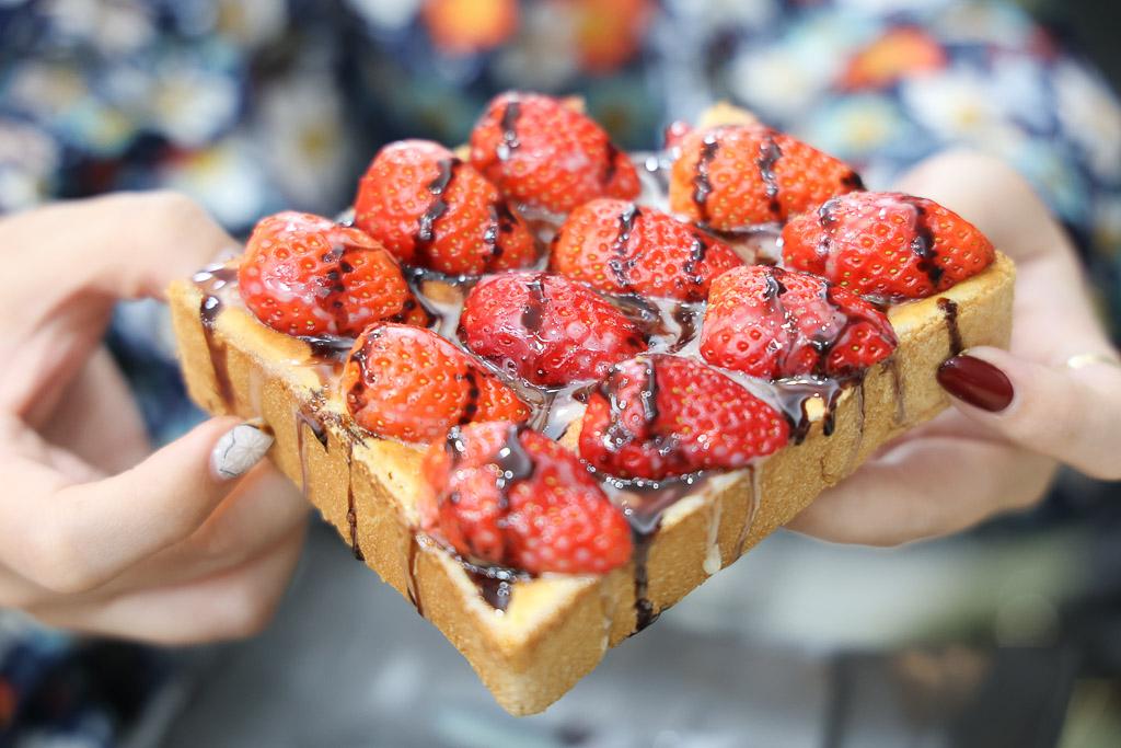 台南 永康宵夜新選擇,還有人氣的奶酥系列,限定版的雙醬草莓厚奶酥,不論是顏值或是風味都更進階 台南市永康區|潮州宵夜
