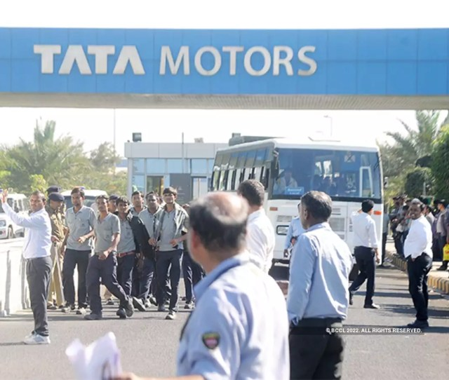 Tata Motors Q4 Results Tata Motors Q4 Profit Falls 17 Jlr Margins Rise To 14 5 The Economic Times