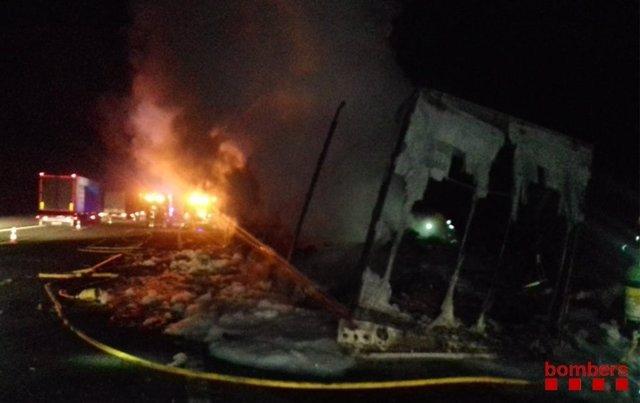 Camión incendiado en la AP-7que ha obligado a cortar la carretera toda la noche