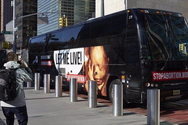 Un autobús provida de CitizenGO circula hasta el viernes ante la sede de la ONU