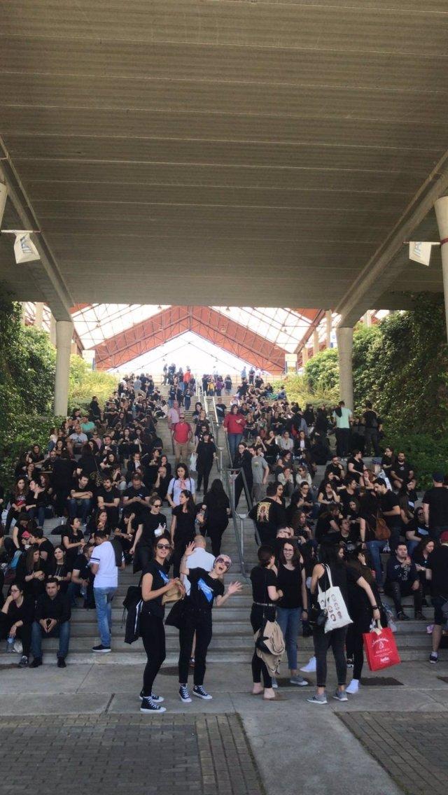 Aspirantes a enfermeros se visten de negro en las oposiciones para protestar contra la precariedad laboral