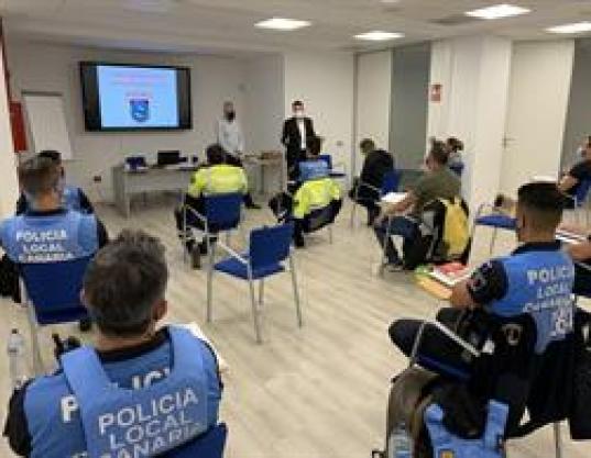 El concejal de Seguridad y Emergencias, Josué Íñiguez, durante el curso de la Policía Local