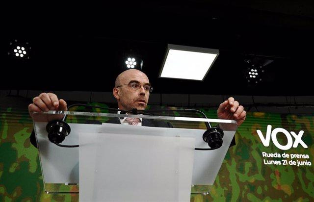 El vicepresidente primero de Acción Política y eurodiputado de VOX, Jorge Buxadé, interviene en una rueda de prensa.