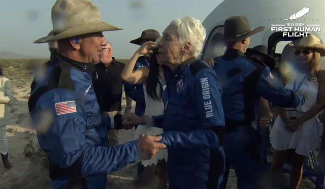 Jeff Bezos junto a la también pasajera Wally Funk, junto a la nave tras aterrizar