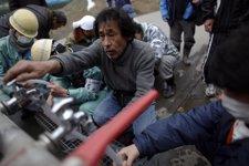 Hombre cogiendo agua potable en Japón