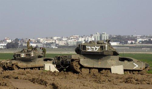Tanques Israelíes Vigilan Desde La Frontera La Franja De Gaza