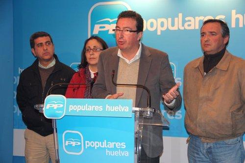 El presidente del PP de Huelva, Manuel Andrés González, en rueda de prensa.