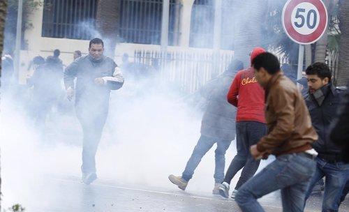 La Policía tunecina dispara al aire y emplea gases lacrimógenos