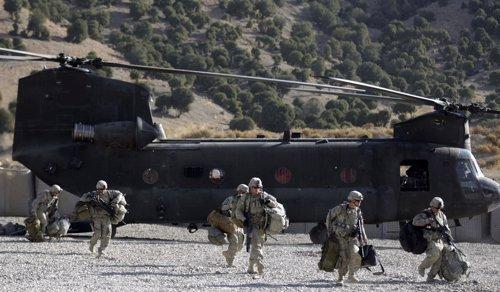 Helicóptero De EEUU Chinook Desembarcando Tropas En Afganistán