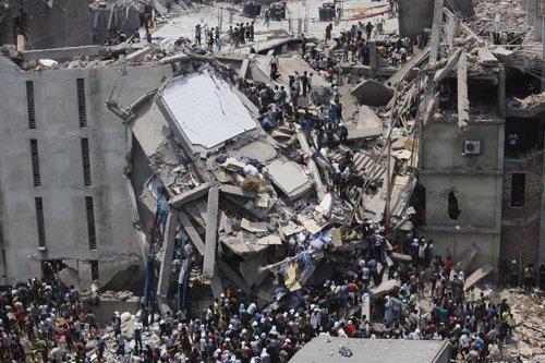 Incendio en un edificio comercial en Bangladesh