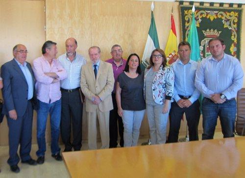 Fernando Rodríguez Villalobos, con representantes de ayuntamientos sevillanos