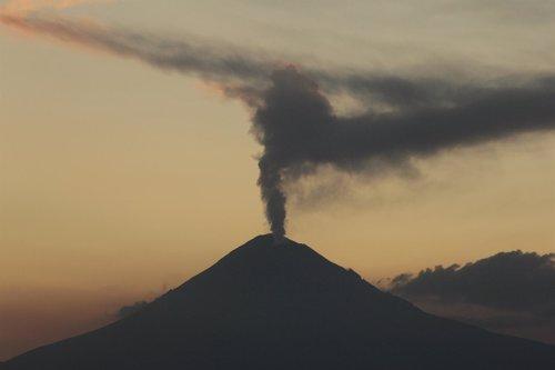 El Volcán Popocatépetl, En El Centro De México, Aumenta La Actividad