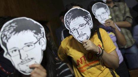 Activistas en Brasilia usan máscaras para representar el ex contratista de segur