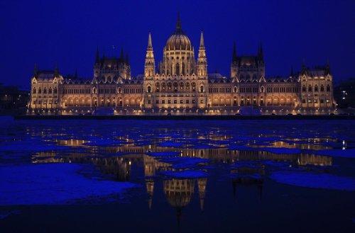 El edificio del Parlamento húngaro se refleja en el congelado río Danubio en Budapest