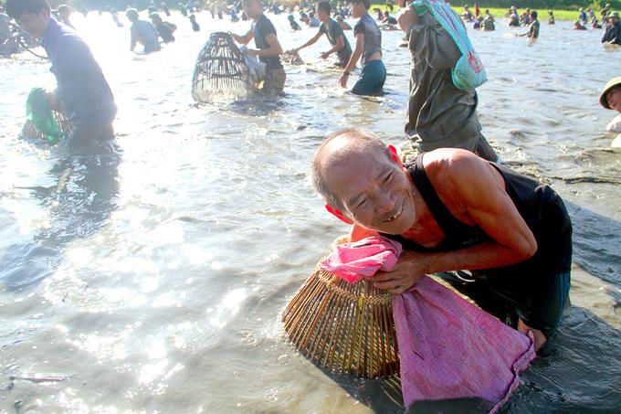 Hàng trăm người reo hò, đội nắng bắt cá dưới đầm