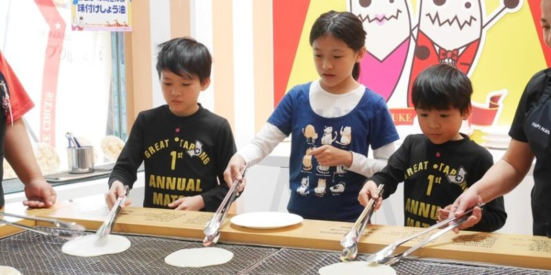沖繩親子遊︱好好玩的手繪烤仙貝DIY~五歲以上可參加 火爐前烤大仙貝 醬油手繪 那霸國際通HAPiNAHA百貨一樓