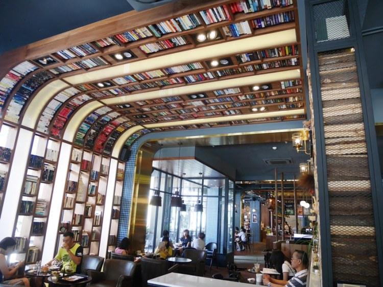 台中下午茶|卡啡那大墩店~香書、咖啡香、麵包香 從牆面到天花板都是書 假日一位難求
