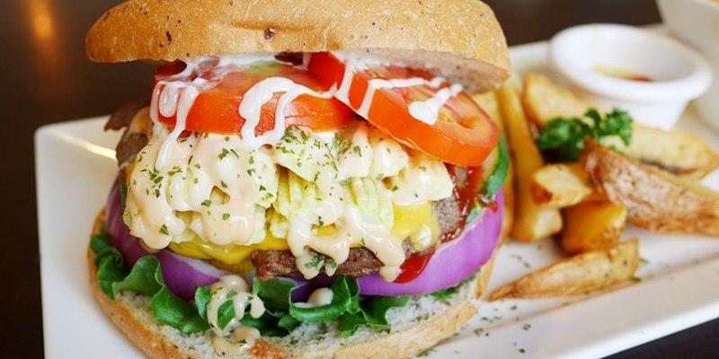 台中早午餐|漢堡巴士Burger Bus~傳統英式早餐、英式漢堡專賣店 英國開車玩一圈 結合藝術和美食的英國風文青餐館(東區早午餐)