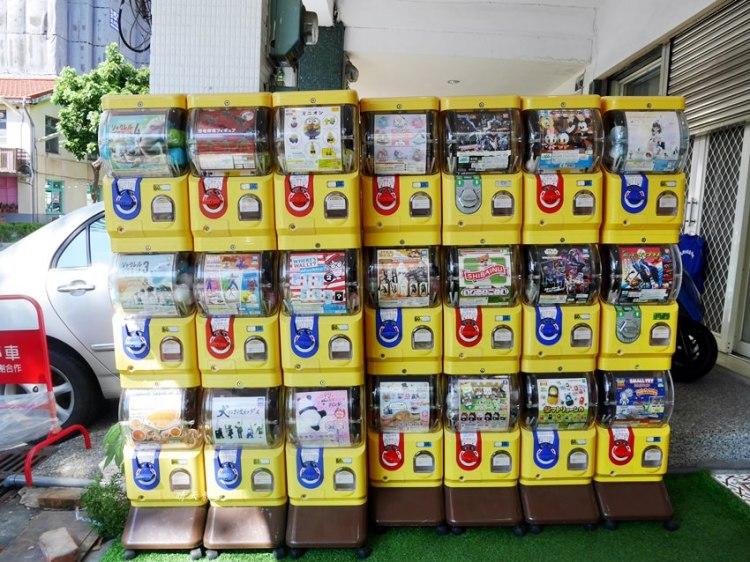 台中扭蛋|審計新村扭蛋機~飲料店波莉牛牛門口 一大排扭蛋機!