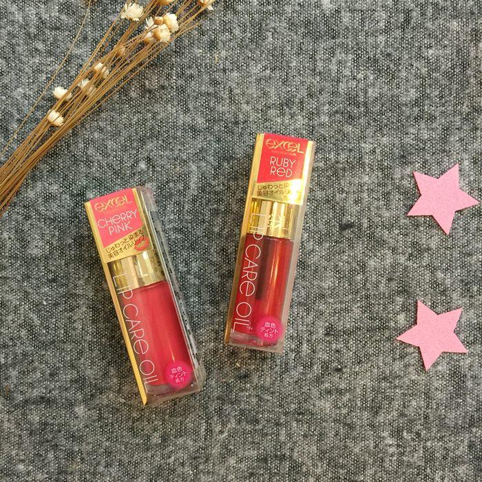【日本藥妝戰利品】開架也有美容唇油:EXCEL晶瑩修護唇蜜 Lip Care Oil (LO01 Ruby Red/LO02 Cherry Pink試色)