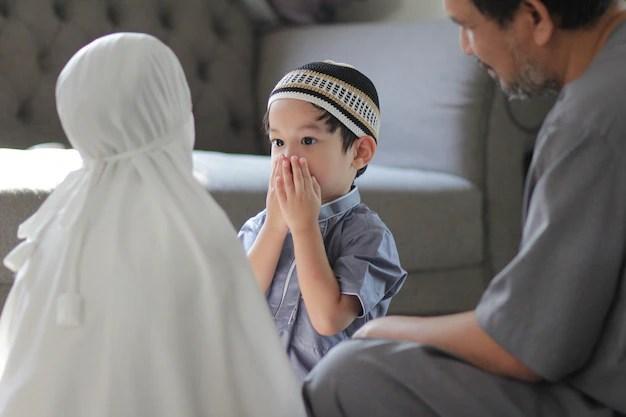 Bapa sedang mendidik anak-anaknya untuk menjadi insan yang baik dengan menerapkan nilai moral dan keagamaan dalam diri.