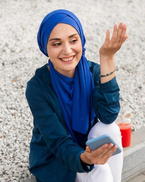 Tra queste c'è l'hijab—il tradizionale velo islamico volto a coprire capo e spalle delle donne. Ragazza Con L Hijab Parlando Al Telefono Foto Gratis