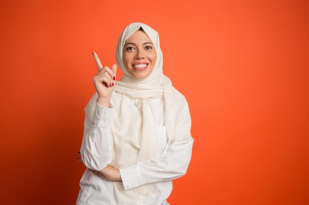 Due 2 giovani donne musulmane ragazze vendite shopping borse hijab moderno abiti abito walking. Hijab Vettore Premium