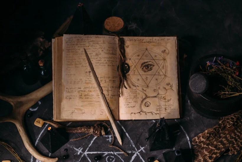 Заклинание ночи ведьм со свечами и горшком с огнем между паутиной и древней землей   Премиум Фото