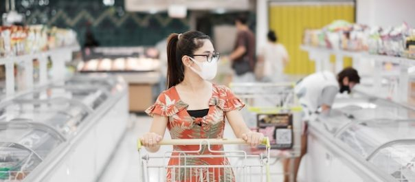 Woman wearing protective mask and shopping in grocery or department store |  Premium Photo