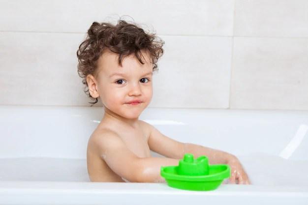 femme avec une barre de savon sur le