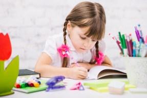 Une écolière diligente faisant ses devoirs