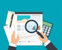 Análisis de datos financieros, empresario con lupa está buscando ...