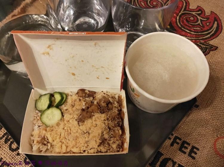 台南米糕【戽斗米糕】夜晚人氣超熱鬧小店.米糕四神湯在地台南味│神農街│中西區美食