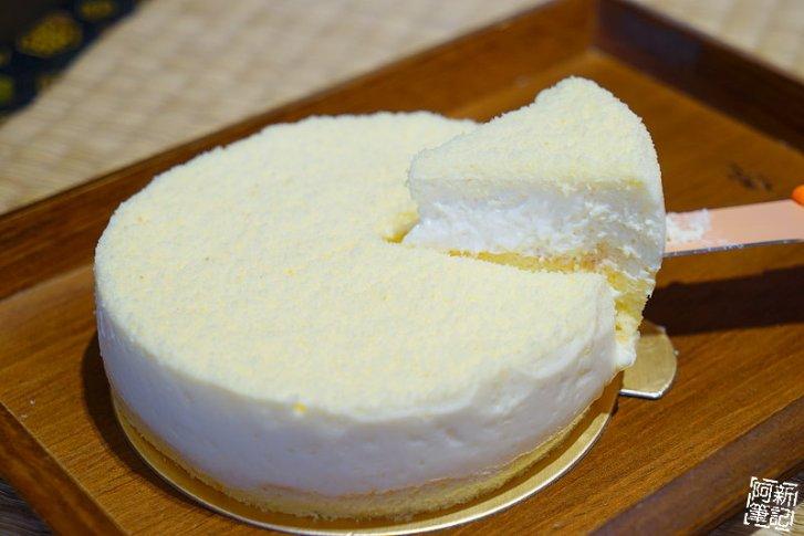 DSC08350 - 【熱血採訪】杏屋乳酪蛋糕|中秋月餅新創意,外層巧克力、內餡有蔓越莓、麻糬、鹹蛋黃等等,鹹甜、鹹甜好衝擊味蕾,好吃~