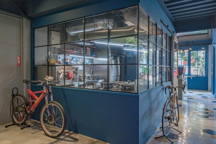 DSC07031 - Pluto Espressoria|台中南屯咖啡館,深藍色系搭寬敞空間,工業風環境超好拍。