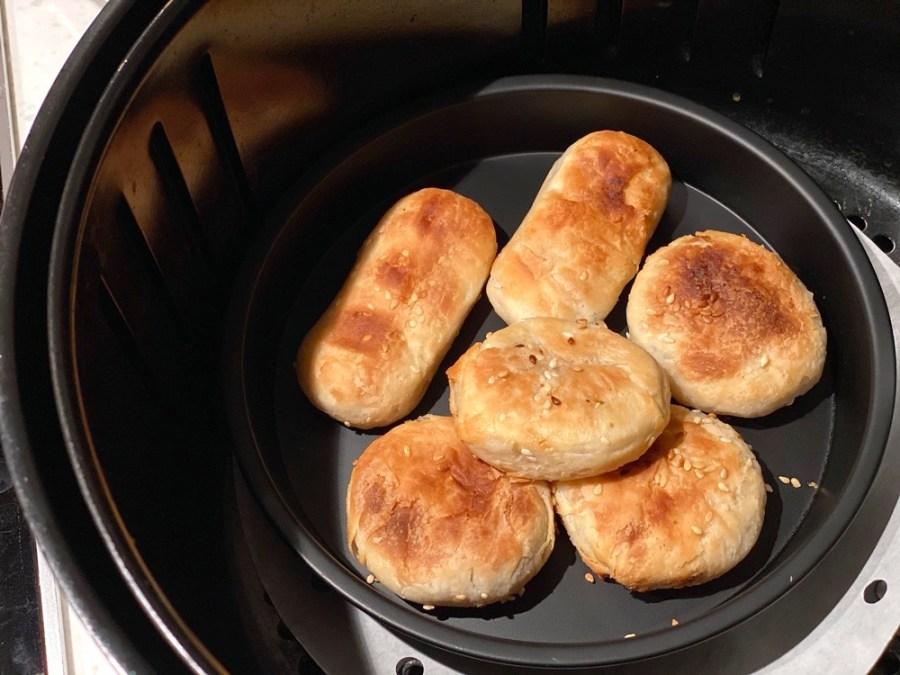 新營燒餅:在地人的老字號早餐-七塊錢的迷你小燒餅!甜鹹都有|網紅joeman推薦必吃